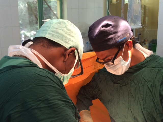 150927_Ethiopia_Tom Weiser_Dr Saifu operating_OR
