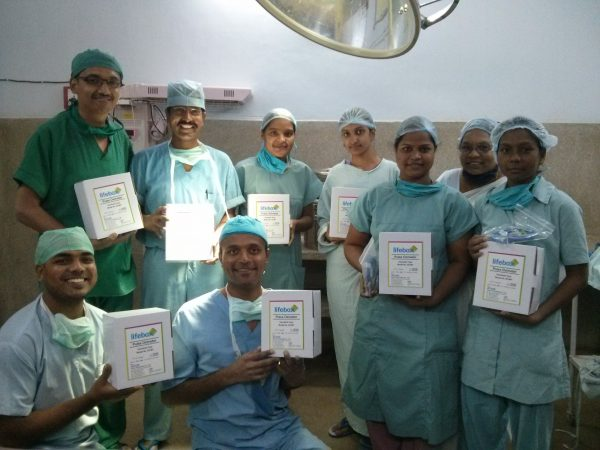 2014_india_jalna_or-staff-with-lifebox-oximeters