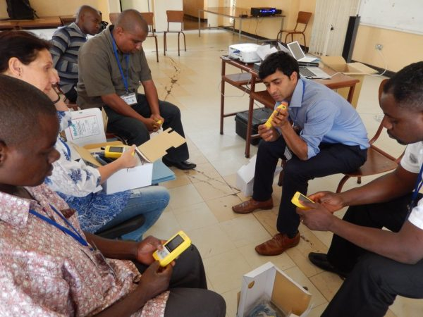 2016_zambia_-chainama_phil-bonnet_6th-workshop_learning-about-the-lifebox-oximeter